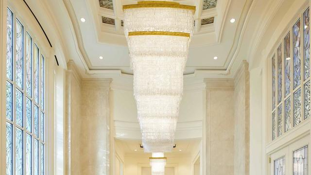 The celestial room chandelier contains rectangular prisms in the Rome Italy Temple.